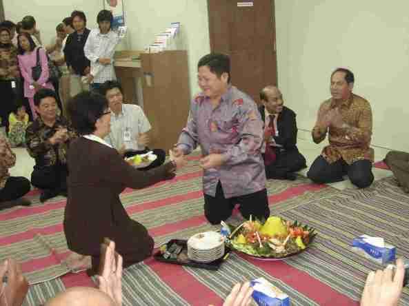 Penyerahan Tumpeng dari Kakanwil VI ke Pemimpin KCP Belitung